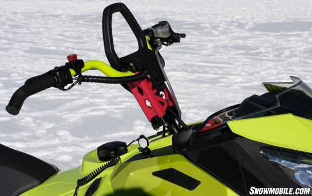 Freeride оснащен изогнутым рулем управления с J-образными рукоятками.